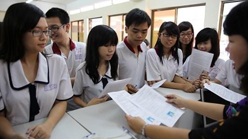 Rất nhiều bạn học sinh phân vân khi đăng kí chọn trường.