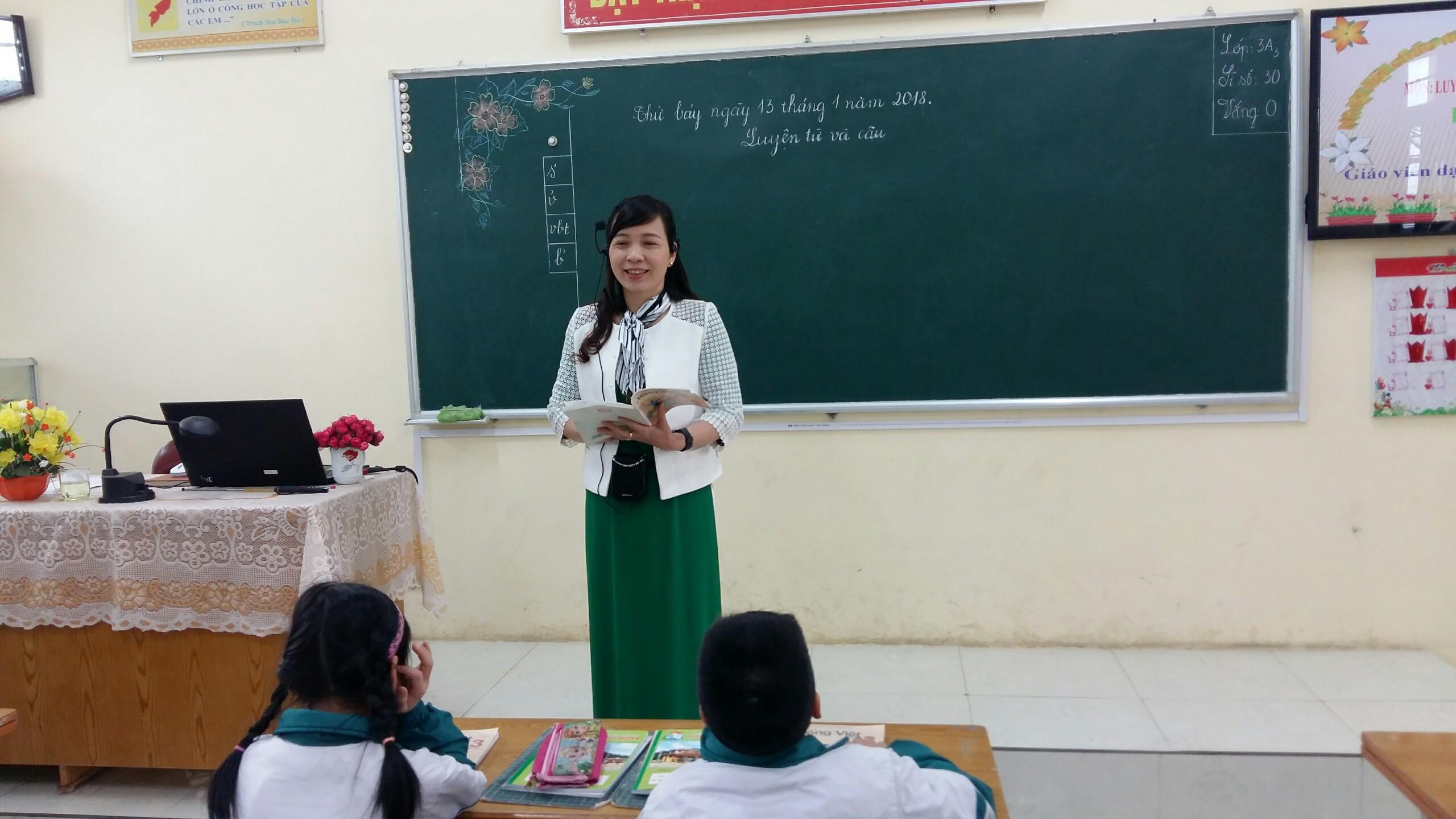 Giáo viên giảng bài theo một giọng đều đều dễ buồn ngủ